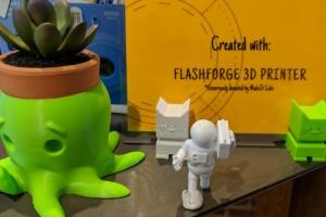 Flowerpot-holder and figurines made with the 3-D printer.
